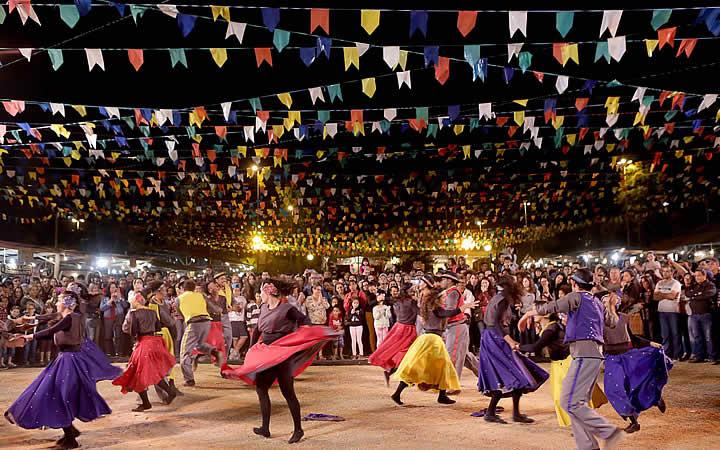 Pessoas dançando na festa junina em São Paulo