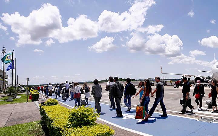 Pessoas desembarcando no aeroporto de Foz do Iguaçu