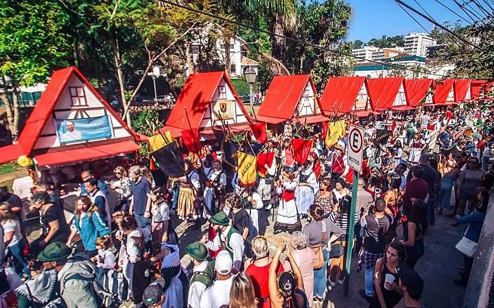 Pessoas passeando no evento Bauernfest