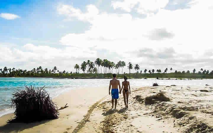 Casal na Praia em Porto de Galinhas - Viajar nas férias