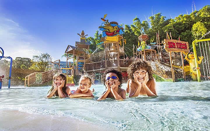 Viajar nas férias - Crianças na piscina do resort em Rio Quente