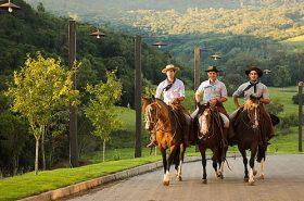 Homens passeando a cavalo
