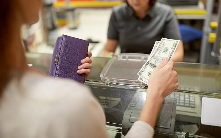 Mulher pagando em dólares