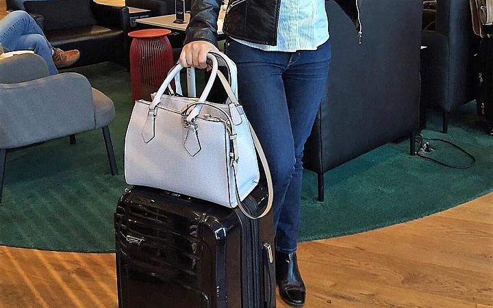 Mulher segurando bagagem de mão