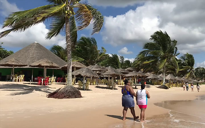 Pessoas passeando na Praia da Lagoa do Pau