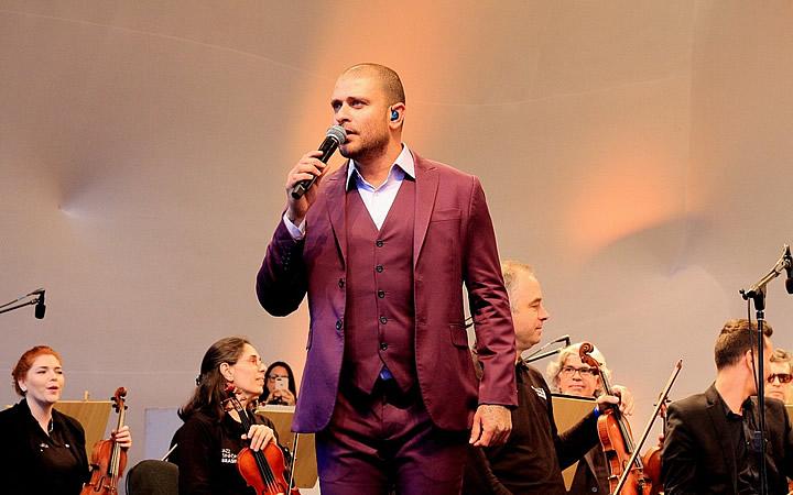 Diogo Nogueira se apresentando no Festival de inverno