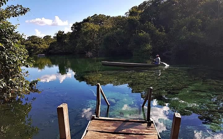 Homem em barco na Lagoa do Japonês