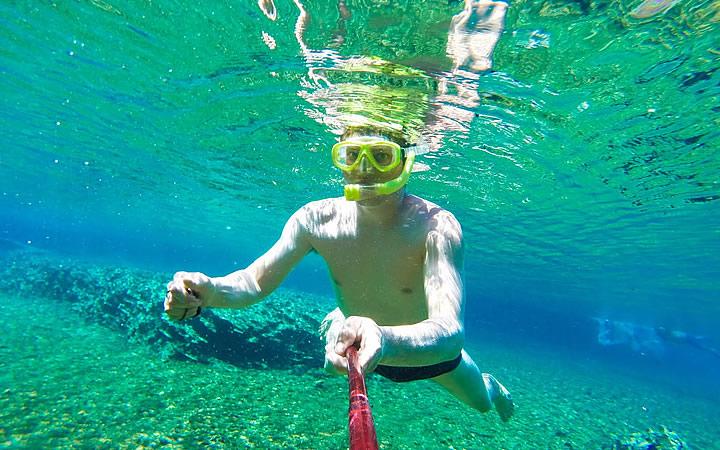 Homem nadando com snorkel