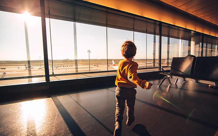 Menino correndo em pátio - Aeroporto