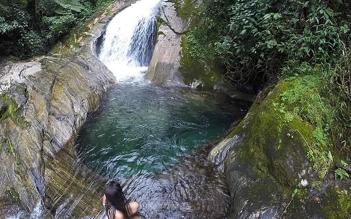 Mulher em cachoeira na Serrinha do Alambari