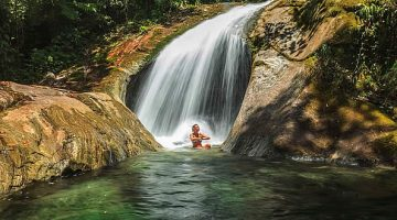 Pessoa em cachoeira - Serrinha do Alambari