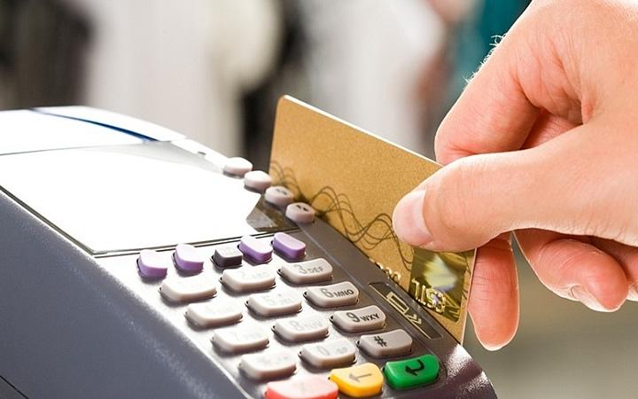 Pessoa passando cartão em maquina