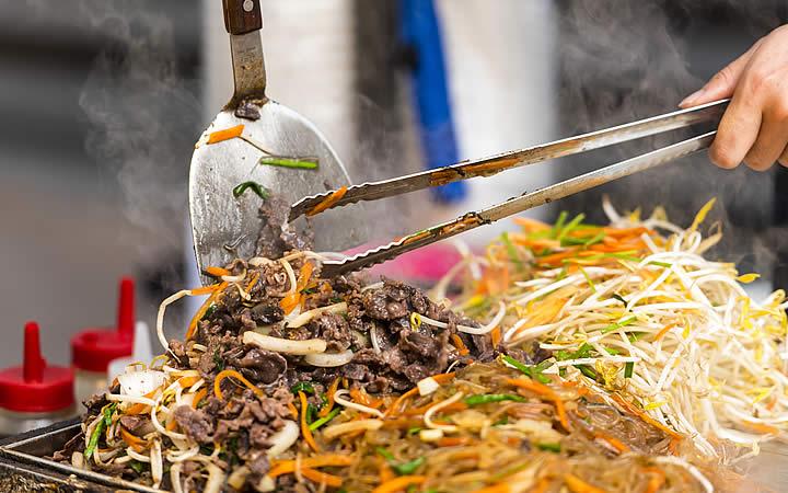 Pessoa preparando comida de rua