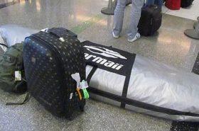 Prancha e mochilas no chão - Bagagem especial