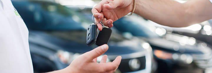 Aluguel de carros - Pessoa passando a chave do carro