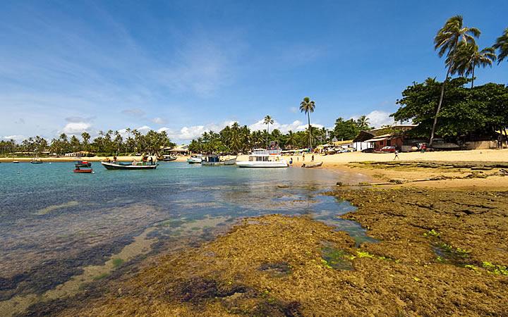 Barcos na praia de Guarajuba