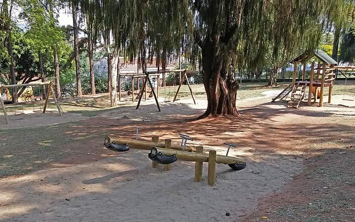 Brinquedos no Jardim Público Municipal Parque Dr. Luiz Gonzaga da Silva Leme
