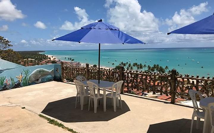 Cadeiras e mesas no mirante Alto do Cruzeiro