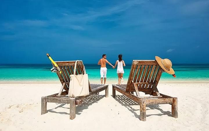 Casal aproveitando praia de Cancún