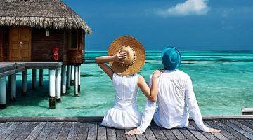 Casal sobre Deck em frente ao mar
