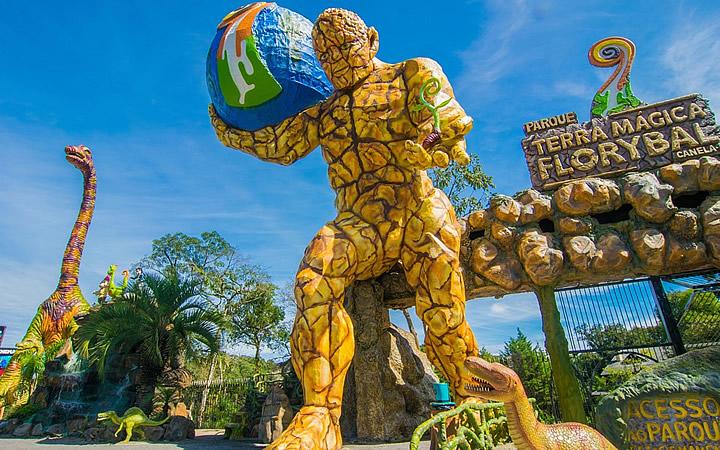 Escultura gigantes no Parque Terra Mágica Florybal