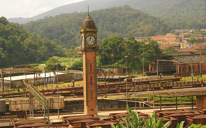 Estação ferroviária - Relógio no alto do prédio