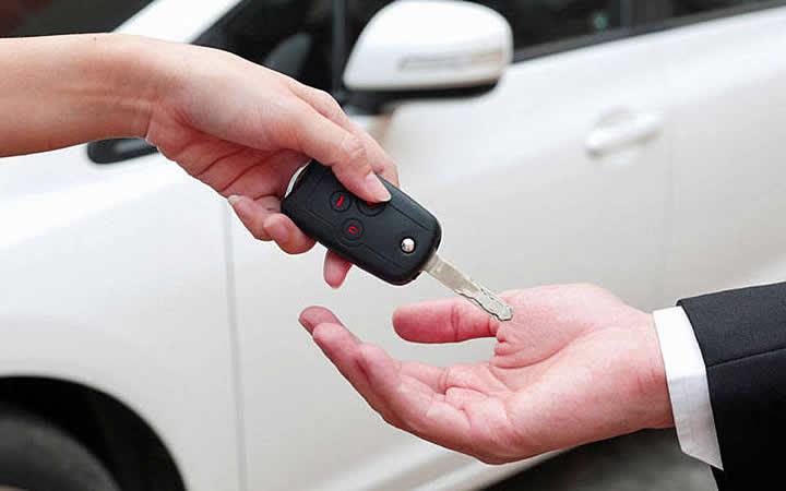 Pessoa entregando chave do carro