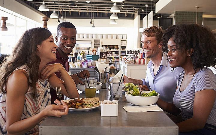 Pessoas comendo em mesa de restaurante