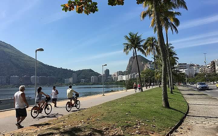 Pessoas correndo e andando de bicicleta ao redor da Lagoa Rodrigo de Freitas