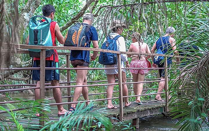 Pessoas fazendo trilha ecológica na mata em Bonito