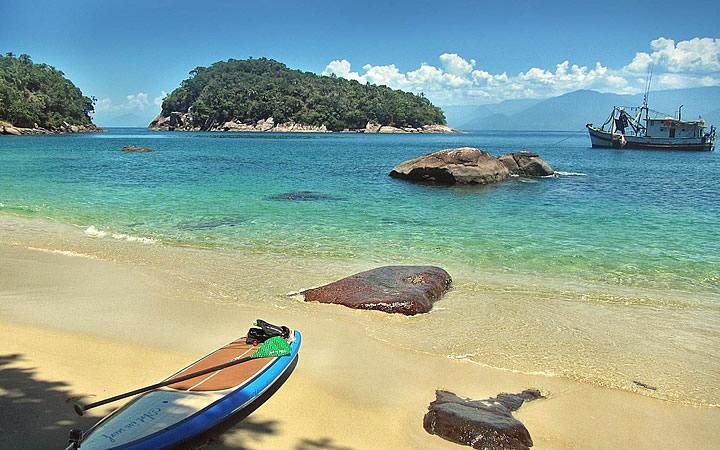 Prancha na praia da Ilha das Couves