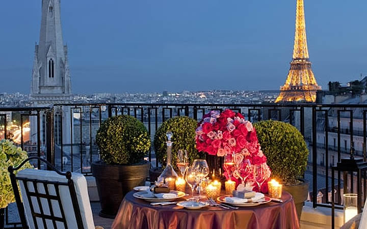 Restaurante em frente a torre Eiffel