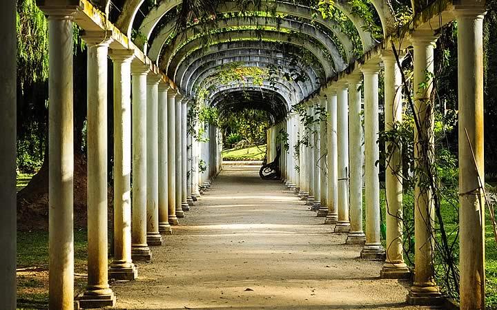 Túnel em formato de arco no Jardim Botânico