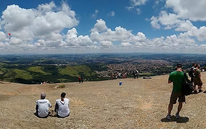 Trilha da Pedra Grande - Pessoas sentadas olhando o horizonte