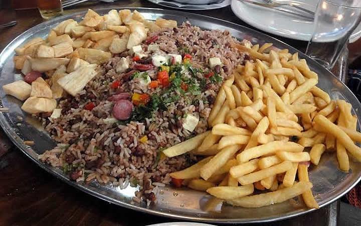 Batata frita, aipim e arroz baiano