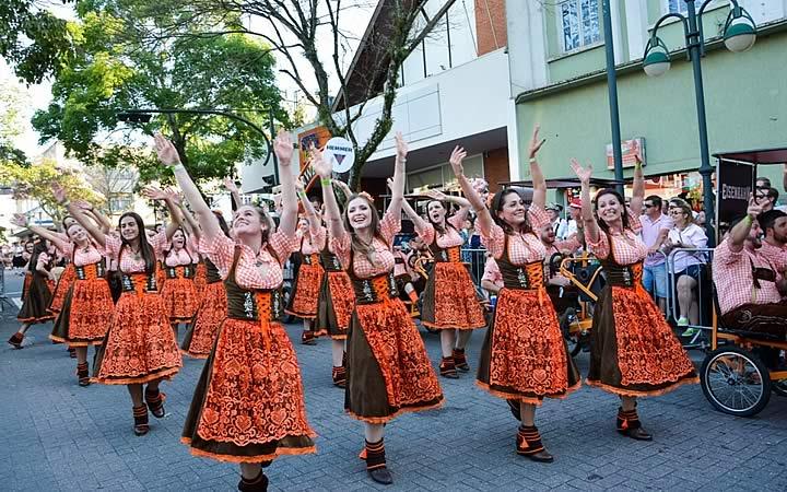 Desfile na rua XV de Novembro em Blumenau