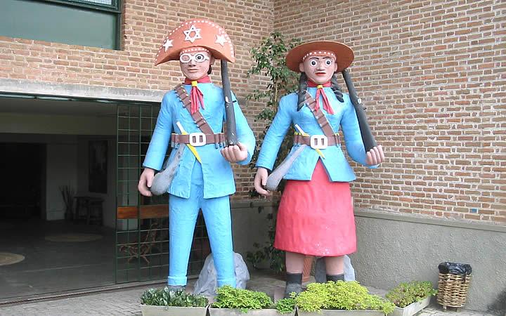 Estátuas no Museu do Barro Espaço Zé Caboclo