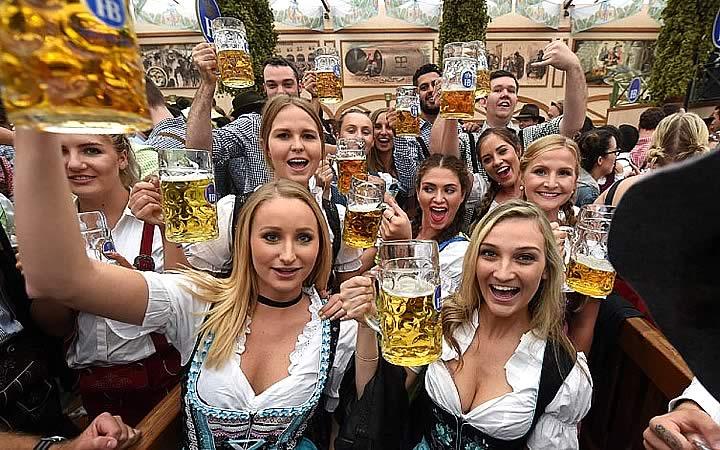 Grupo de amigos bebendo cerveja na Oktoberfest
