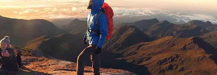 Homem no Pico da Bandeira – Parque do Caparaó