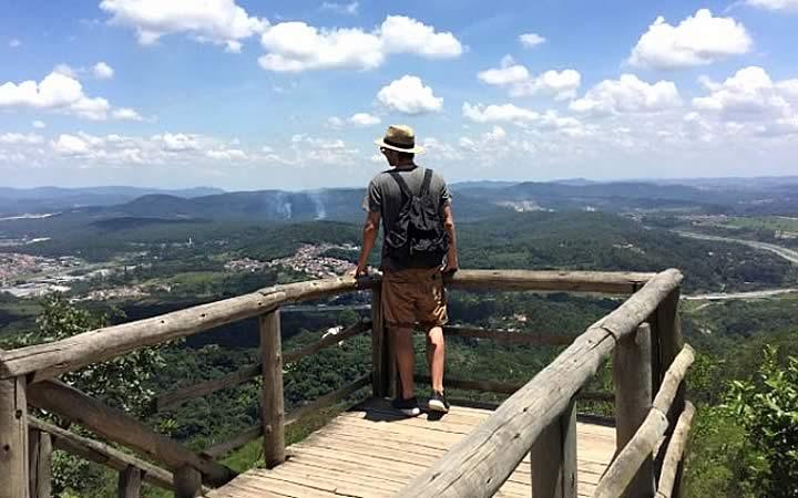 Homem no mirante Pico do Jaraguá - Mirantes em São Paulo