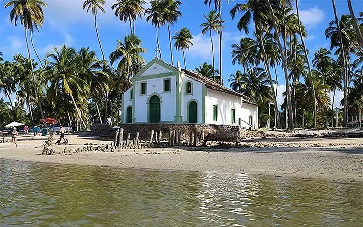 Igreja na orla da praia de Tamandaré