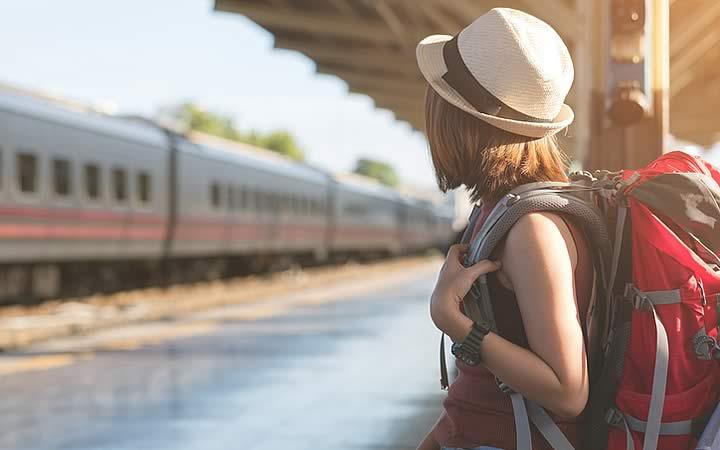 Menina com mochila - Pacote de Viagem
