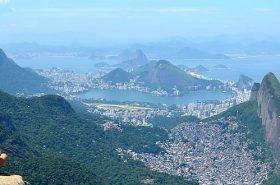 Mulher na vista para praia no Rio de Janeiro