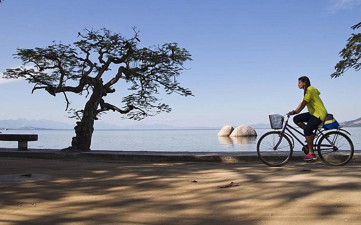 Mulher passeando de Bicicleta