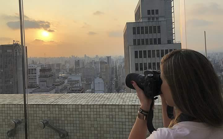 Mulher tirando foto no Farol Santander (Edifício Altino Arantes)