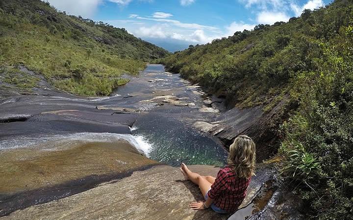 Parque Nacional do Caparaó - Mulher sentada na cachoeira