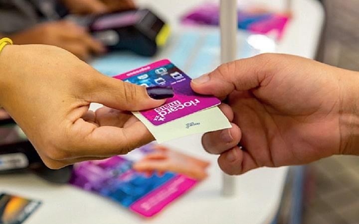 Pessoa comprando cartão do Rio Card