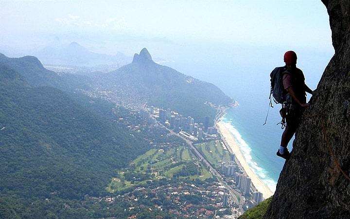 Pessoa fazendo escalada