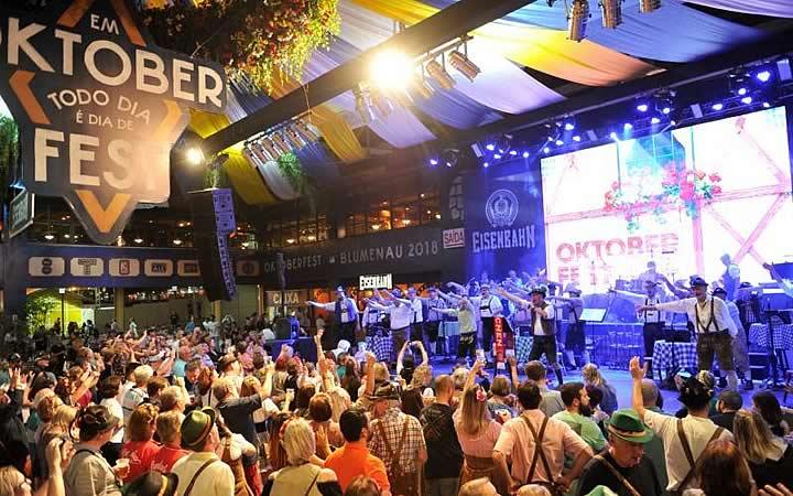 Pessoas assistindo show na Oktoberfest