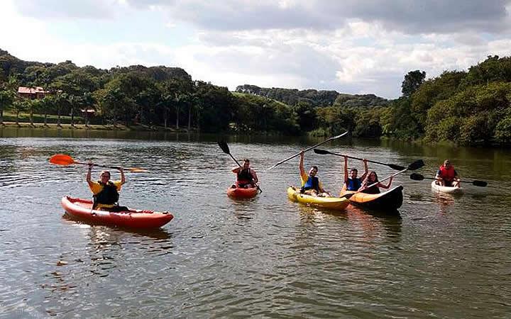 Pessoas em barcos - Camping do Macuco